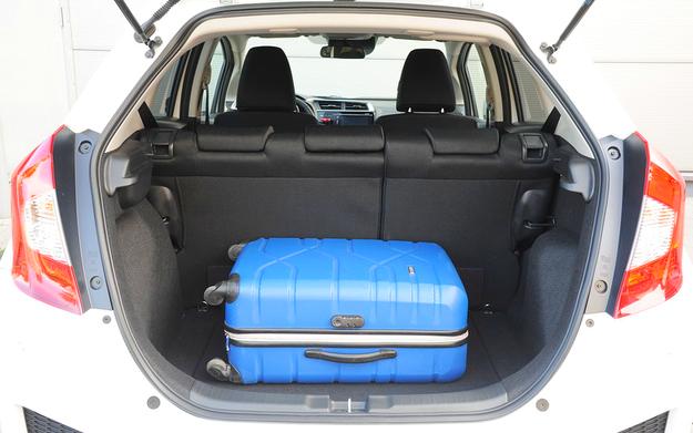 Jazz ma bagażnik wielkości kompaktowych hatchbacków – 354 l. Po złożeniu kanapy pojemność rośnie do 1314 l. Pod podłogą schowek i zestaw naprawczy, wysoka ładowność. /Motor