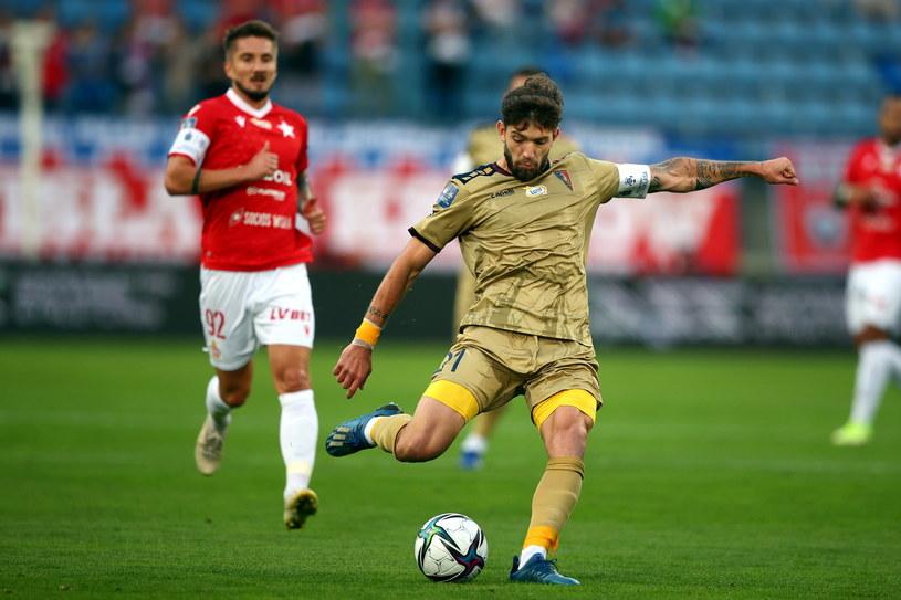 Jean Carlos Silva (w złotym stroju) strzelił zwycięskiego gola dla Pogoni /PAP/Łukasz Gągulski /PAP