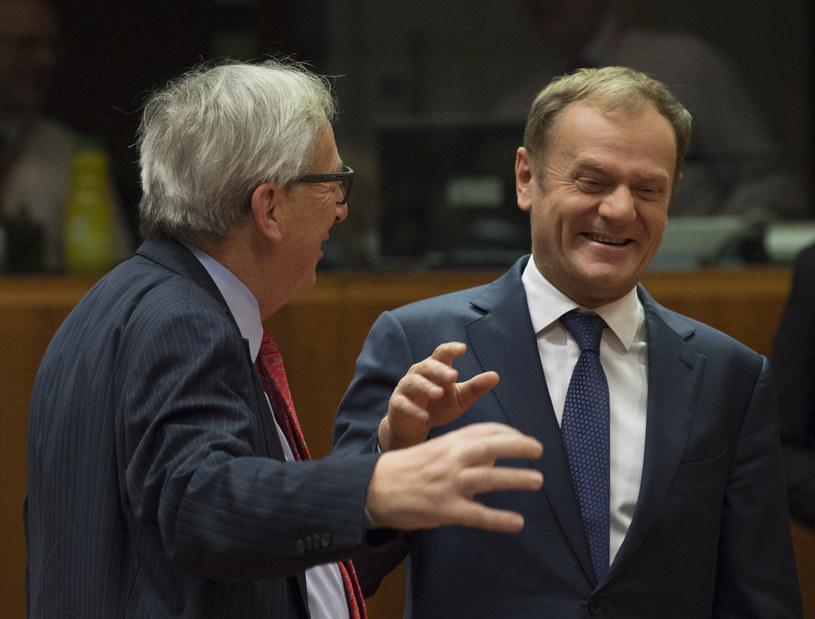 Jean-Claude Juncker rozśmiesza Donalda Tuska /AFP