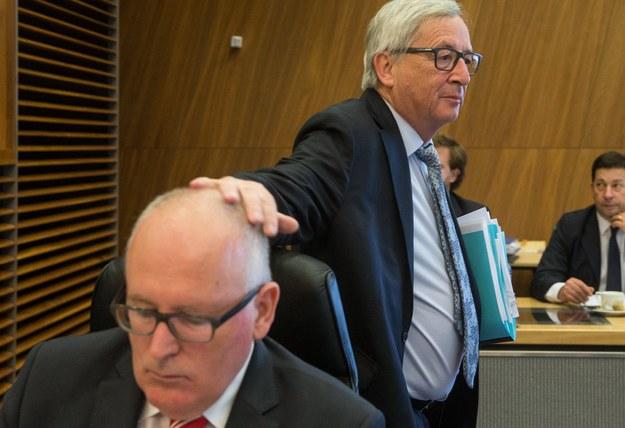 Jean-Claude Juncker trzymający dłoń na głowie Fransa Timmermansa /STEPHANIE LECOCQ  /PAP/EPA