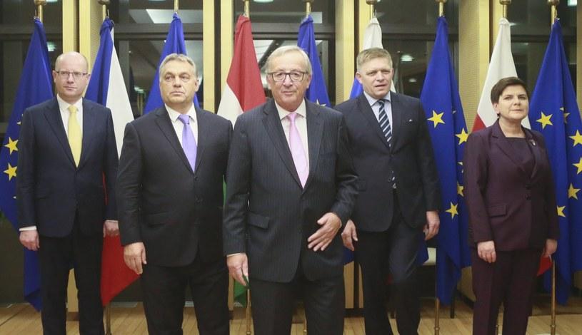 Jean-Claude Juncker (w środku) z premierami Grupy Wyszehradzkiej /OLIVIER HOSLET /PAP/EPA