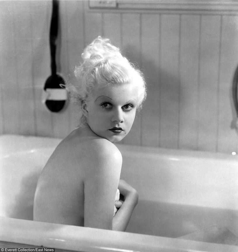 """Jean Harlow w filmie """"W twoich ramionach"""" (1933) /Everet Collection /East News"""