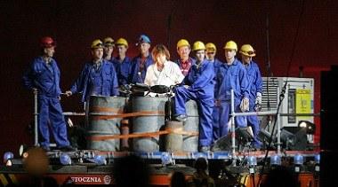 Jean Michel Jarre w otoczeniu gdańskich stoczniowców /arch. AFP