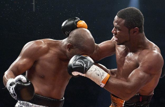 Jean Pascal (z prawej) w walce z Bernardem Hopkinsem /AFP