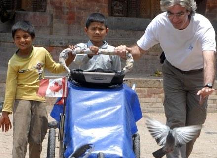 Jean w Katmandu (Nepal) ze swoim wózkiem i nepalskimi dziećmi, 16 maja 2008. /AFP