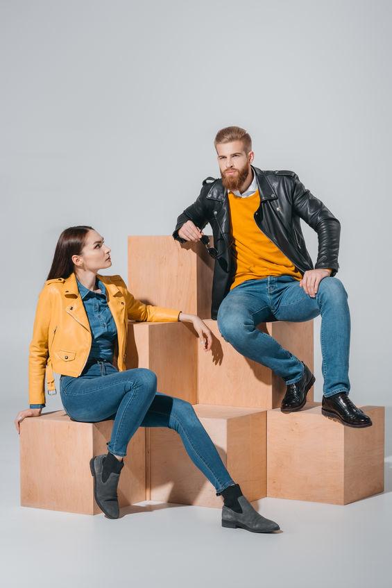 Jeans, krata, kontrasty, beż i kolor łososiowy - takie tredny królują tej jesieni /123RF/PICSEL