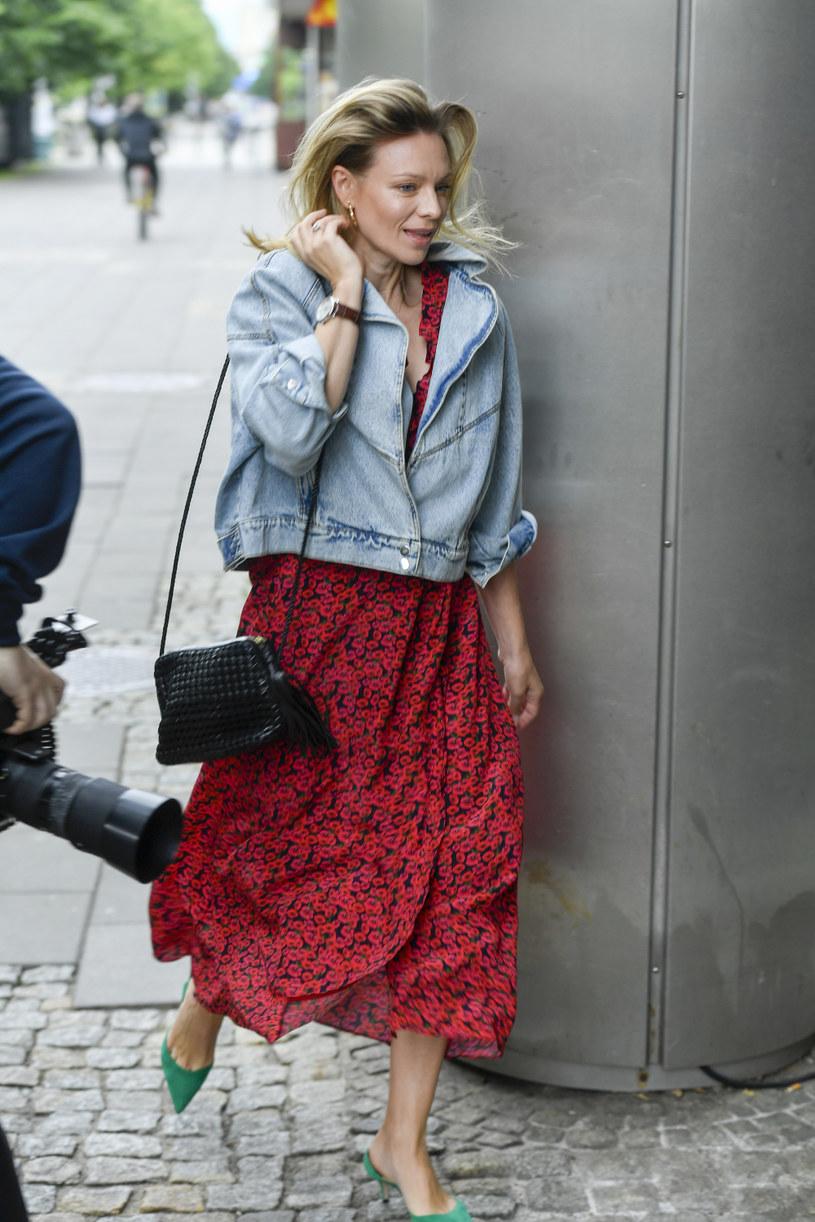 Jeansowa kurtka to świetny dodatek do letniej sukienki w kwiaty. Patrzcie tylko na Magdalenę Boczarską /Norbert Nieznanicki /AKPA
