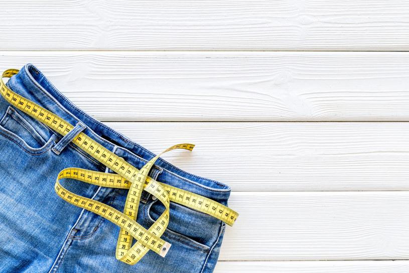 Jeansy dzwony polecane są osobom o figurze typu gruszka /123RF/PICSEL