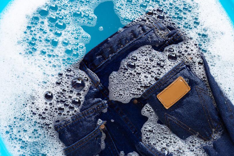 Jeansy można rozciągnąć w praniu /123RF/PICSEL