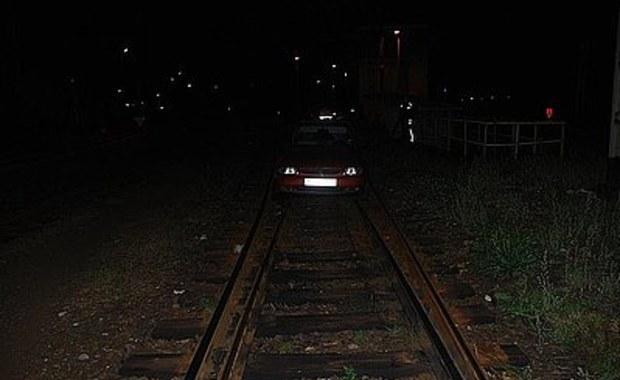 Jechał samochodem po torach kolejowych
