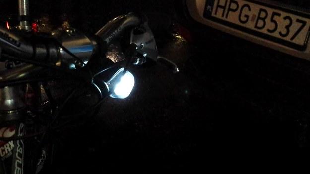 Jechałem  rowerem. Zostałem zatrzymany przez policję.  Funkcjonariusz poinformował mnie, że powinien nałożyć na mnie mandat za jazdę rowerem z niewłaściwym oświetleniem (migające światła).  Byłem zdumiony. Wprawdzie skończyło się na upomnieniu, ale cały czas zastanawiam się czy policjant miał rację. Miał?