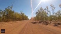 Jechali drogą i napotkali na małą trąbę powietrzną. Nietypowe zjawisko w Australii
