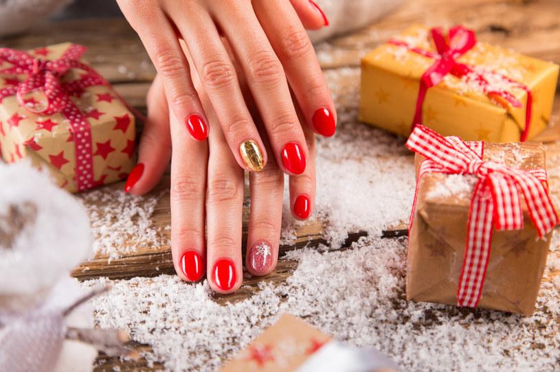 Jeden paznokieć pomalowany np. na złoty kolor to za mało. Do łask wracają śnieżynki i renifery /123RF/PICSEL