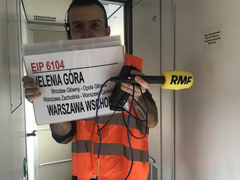 Jeden pociąg to 32 takie kartki z dokładną trasą. Można kiedyś spróbować policzyć, żeby podróż minęła szybciej! /Fot. Michał Dobrołowicz /RMF FM