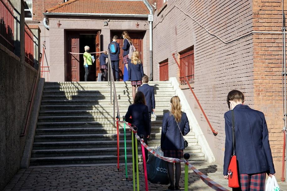 """Jeden przypadek koronawirusa powinien skutkować zamknięciem szkoły – mówi Sławomir Broniarz, prezes Związku Nauczycielstwa Polskiego, w wywiadzie dla piątkowej """"Rzeczpospolitej"""". Zdjęcie ilustracyjne /Marcin Bielecki   /PAP"""