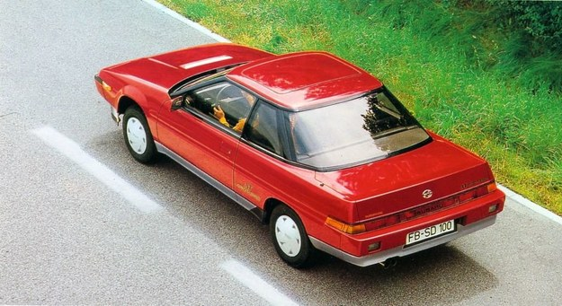 Jeden ruch dźwignią wystarcza, by zwiększyć w tym samochodzie prześwit o kilka centymetrów. Napęd kół tylnych włącza się sam, gdy tylko wystąpią objawy poślizgu kół przednich lub kierowca samochodu Subaru XT Turbo 4 WD włączy... wycieraczki. /Motor