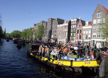 Jeden z amsterdamskich kanałów w trakcie Dnia Królowej /AFP
