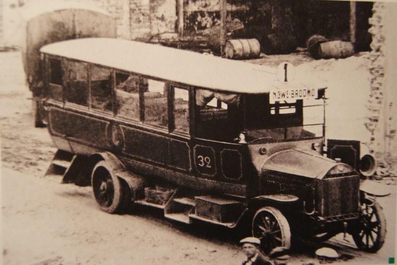 Jeden z autobusów Benz-Gaggenau, które w sierpniu 1920 roku przewoziły żołnierzy na przedpola Warszawy. Za autobusem przyczepka, także marki Benz /Archiwum Tomasza Szczerbickiego