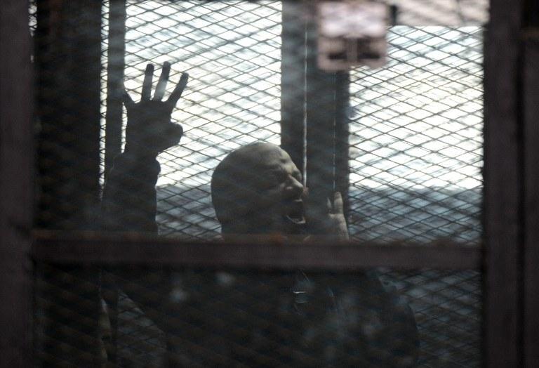 """Jeden z członków """"Bractwa Muzułmańskiego"""" w czasie procesu sądowego, zdj. z lutego 2015 r. /MOHAMED EL-SHAHED / AFP /AFP"""