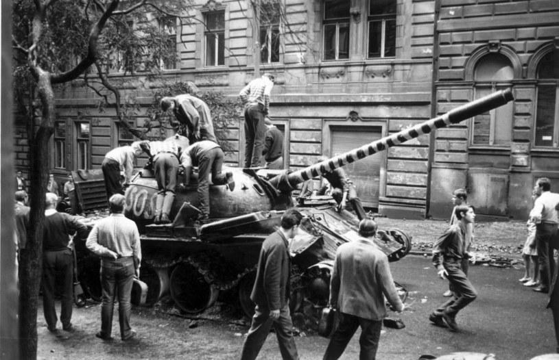 Jeden z czołgów UW na ulicach Pragi /Reg Lancaster /Getty Images
