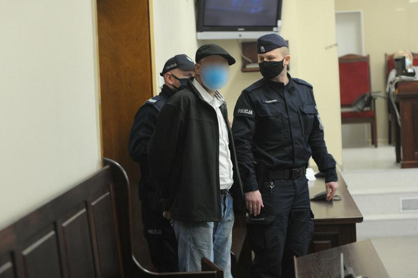 Jeden z czterech mężczyzn oskarżonych o zabójstwo i kanibalizm /DOMIN/AGENCJA SE/ /East News