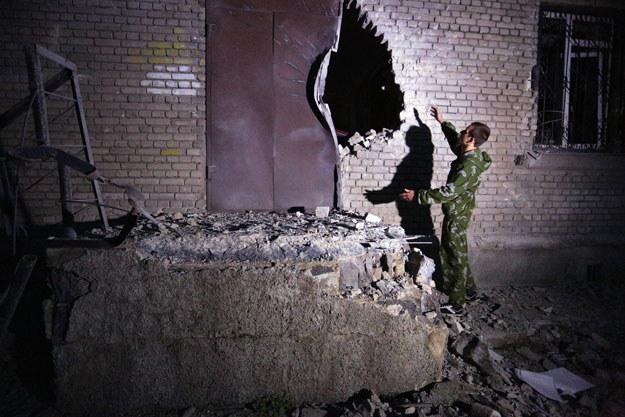 Jeden z domów na wschodniej Ukrainie po nocnym ostrzale fot. Aleksey Filippov /AFP