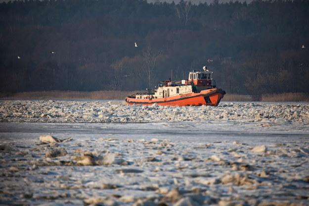 Jeden z dwóch lodołamaczy na Zbiorniku Włocławek w okolicy Woli Brwileńskiej /Szymon Łabiński /PAP