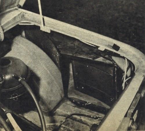 Jeden z dwóch wlotów powietrza do komory silnikowej, z regulacyjną zastawką dającą się ustawiać w szeregu pozycji. Do szybkiego nagrzewania silnika w okresie zimowym zastawki muszą być zamknięte, otwiera się je dopiero po nagrzaniu. /Motor