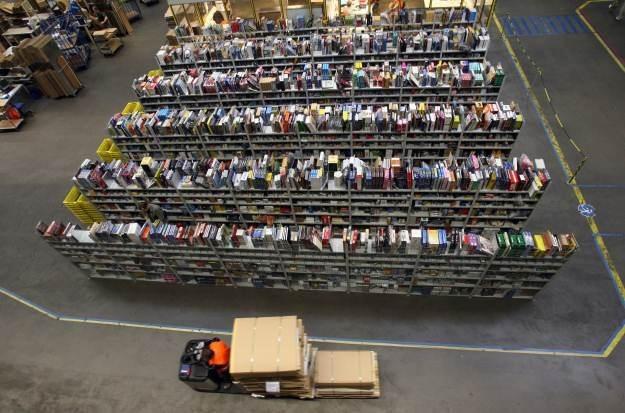 Jeden z magazynów Amazon - praca tutaj to nie jest przyjemność /AFP