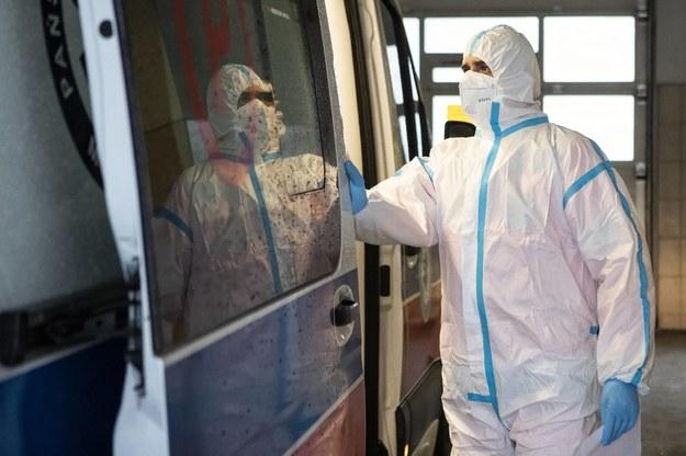 Jeden z  medyków z tzw. czerwonej strefy oddziału ratunkowego Samodzielnego Publicznego Szpitala Klinicznego Nr 4 w Lublinie /Jacek Szydłowski /PAP