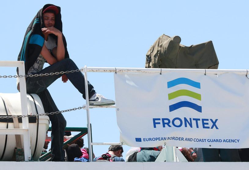 Jeden z migrantów na statku Frontexu /AFP