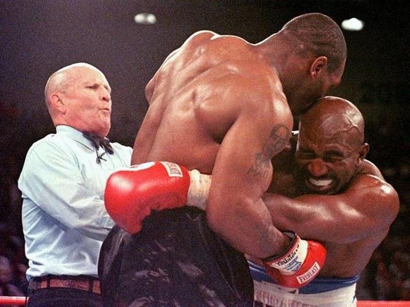 Jeden z najbardziej szokujących momentów w historii boksu zawodowego. Mike Tyson (z lewej) odgryza kawałek ucha Evanderowi Holyfieldowi /AFP