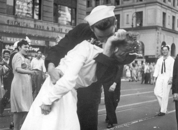 Jeden z najsłynniejszych pocałunków w historii / Fot. AP /East News