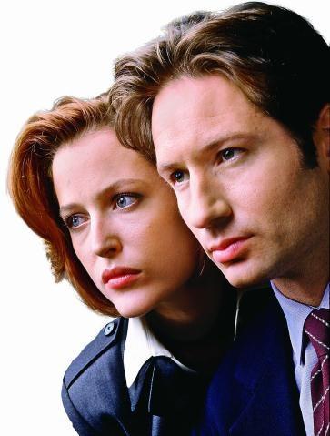 Jeden z najsłynniejszych telewizyjnych duetów: Dana Scully (Gillian Anderson) i Fox Mulder (David Duchovny). /Mat. Prasowe