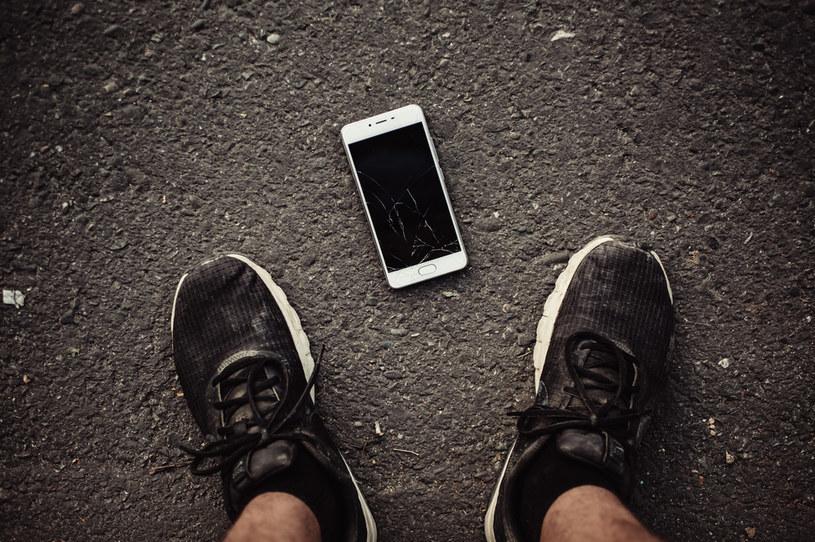 Jeden z nastolatków zgubił telefon /123RF/PICSEL