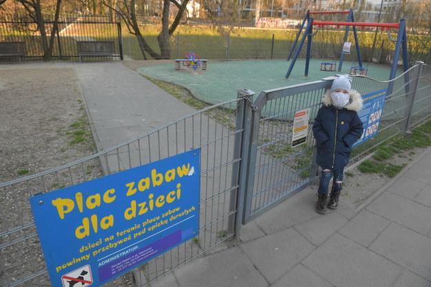 Jeden z nieczynnych placów zabaw w Warszawie / Radek Pietruszka   /PAP