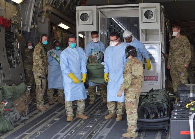 Jeden z pacjentów przewożony na pokładzie samolotu C-17 Globemaster III z Niemiec. Fot. JOHN R. WRIGHT/U.S. AIR FORCE /materiały prasowe