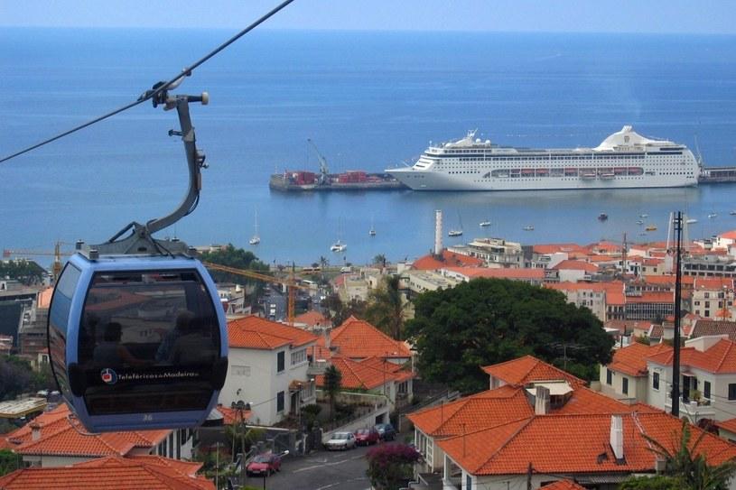 Jeden z piękniejszych widoków na miasto jest z kolejki linowej na Monte. Podróż trwa niespełna kwadrans /123RF/PICSEL