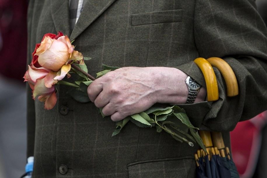 Jeden z pielgrzymów z różą z Ekwadoru /MASSIMO PERCOSSI /PAP/EPA