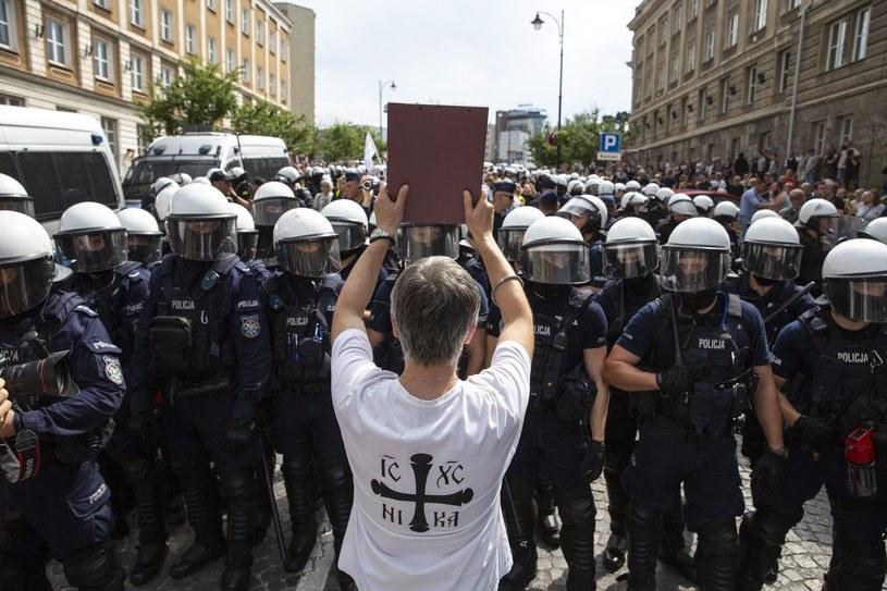 Jeden z protestujących przeciw Marszowi Równości /Marek Maliszewski  /Reporter