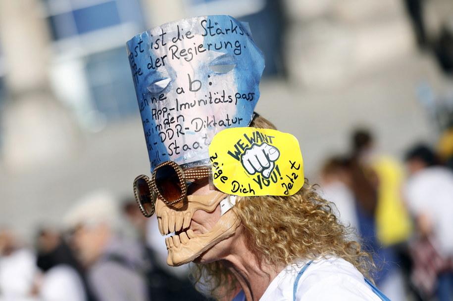 Jeden z protestujących w Berlinie /Felipe Trueba /PAP/EPA
