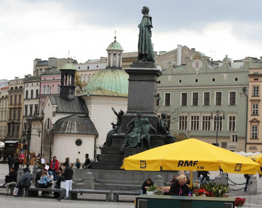 Jeden z przedmaturalnych przesądów – poskakać wokół pomnika Adama Mickiewicza na Rynku Głównym w Krakowie /RMF FM