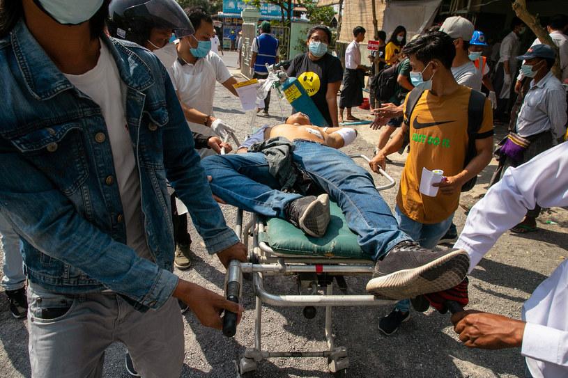 Jeden z rannych demonstrantów /AFP