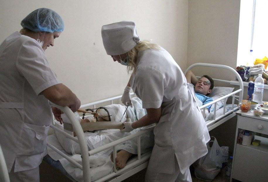 Jeden z rannych w wyniku ostrzału /ALEXANDER ERMOCHENKO /PAP/EPA