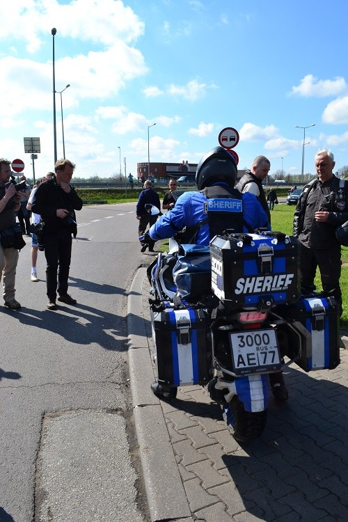 Jeden z rosyjskich motocyklistów po przekroczeniu granicy w Terespolu /Paweł Balinowski /RMF FM