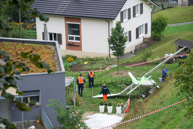 Jeden z samolotów spadł na stodołę pośrodku wioski Dittingen fot. Sebastien Bozon /AFP