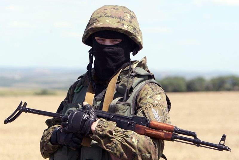 Jeden z separatystów w pobliżu wraku samolotu /IGOR KOVALENKO /PAP/EPA