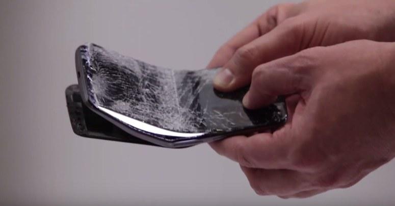 Jeden z testowanych smartfonów nie przetrwał wyzwania /YouTube