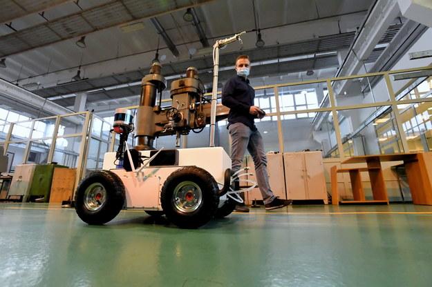 Jeden z twórców mgr inż. Piotr Miądlicki podczas prezentacji semi-autonomicznego robota dezynfekującego, stworzonego do walki z Covid-19 / Marcin Bielecki    /PAP