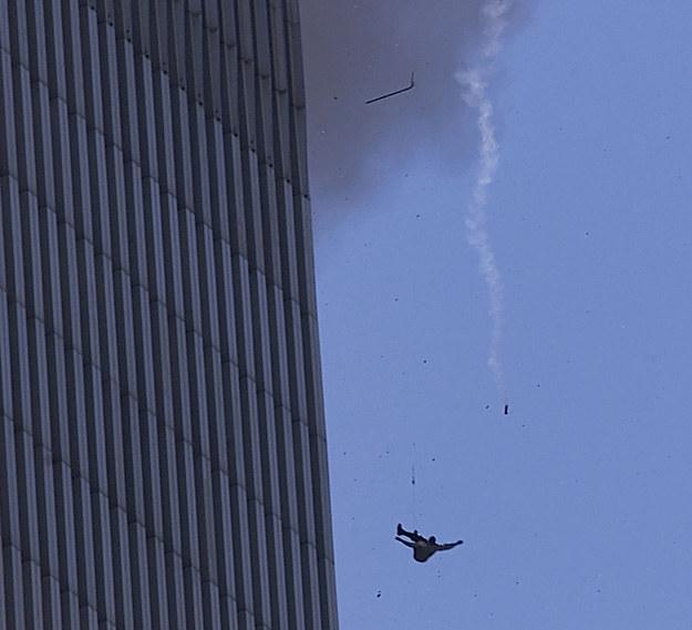 """Jeden z tzw. """"skoczków"""". Szacuje się, że z palących się wież WTC wyskoczyło kilkanaście osób /Getty Images/Flash Press Media"""